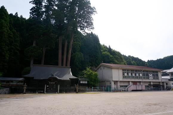 15 学校の敷地にある神社.JPG