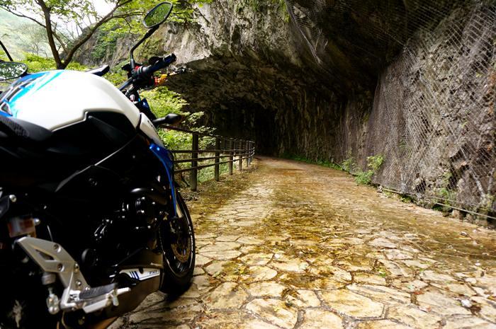 22 岩の下の道.JPG