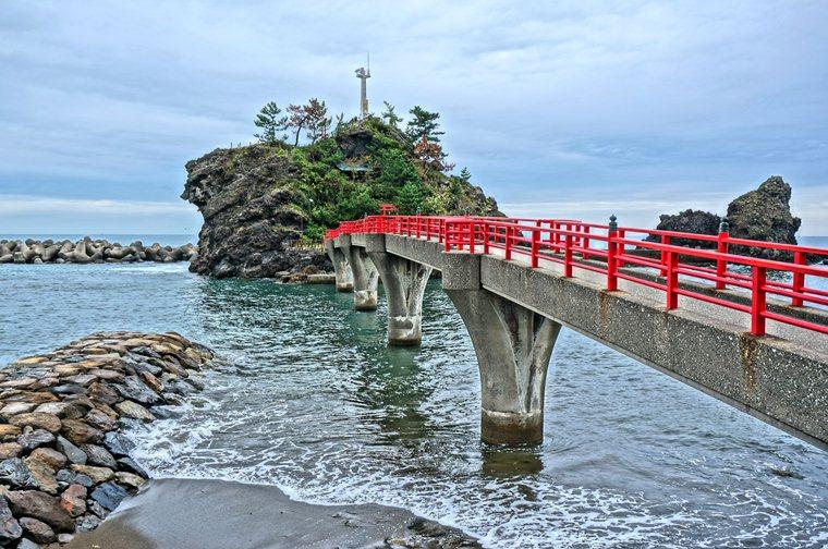 33 島に対して橋が立派.JPG