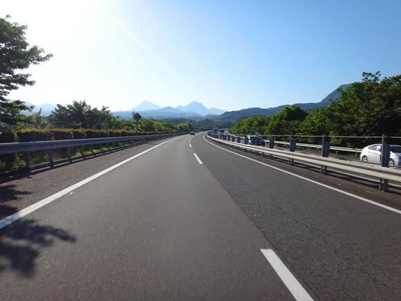 32 nさんへ 左の山が由布岳です.JPG
