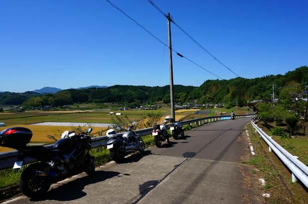 36 みんなノーヘルで乗る村.JPG