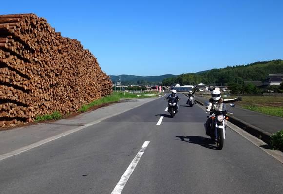3 林業の街を抜けます.JPG